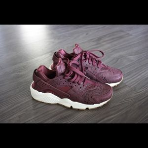 WMNS AIR HUARACHE BY NIKE NIGHT MAROON
